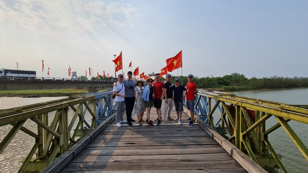 Hien Luong Bridge, Ben Hai River separates the two regions of the country, becoming the Composed inspiration of many writers and poets during the years of the long-standing resistance.